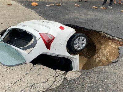 Drive a car by delhi cops falls into sinkhole